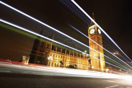 Photo pour Big Ben et Londres dans la nuit avec les lumières des voitures qui passent, les plus importants symboles de Londres et en Angleterre - image libre de droit