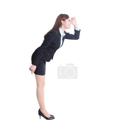 Photo pour Femme d'affaires permanent et la recherche en pleine longueur, isolée sur fond blanc, asiatique - image libre de droit
