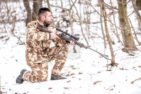 Photo pour Militaire au combat, uniforme de camouflage se préparant à la bataille avec l'ennemi - image libre de droit