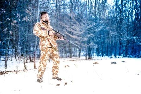 Photo pour Sniper avec arme prête pour le combat, Ranger de l'armée des forces spéciales se préparant à tirer un fusil - image libre de droit