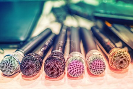Photo pour Collection de microphones et d'equipement de dj lors d'un concert, en coulisses - image libre de droit