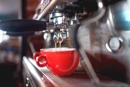 Photo pour Machine à expresso automatique versant du café dans des tasses au restaurant ou au pub. Concept Barista avec machines, tampons, café et outils - image libre de droit