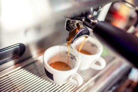 Photo pour Machine expresso versant du café frais dans des tasses au restaurant. Cafetière automatique faisant du café - image libre de droit
