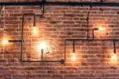 """Постер, картина, фотообои """"Дизайн интерьера старинные стены. Деревенский дизайн, кирпичная стена с лампы и трубки, низкая освещенный бар интерьер"""""""