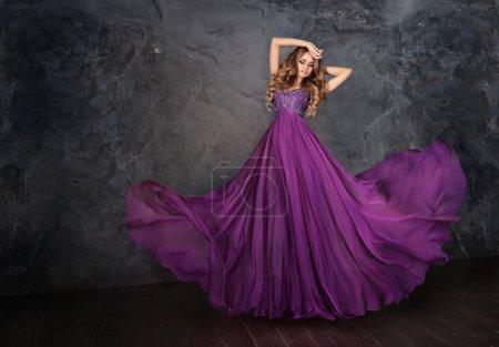 Photo pour Eunes beauté femme en robe de flottement. Danse, mouvement. Jupe longue flutters. - image libre de droit