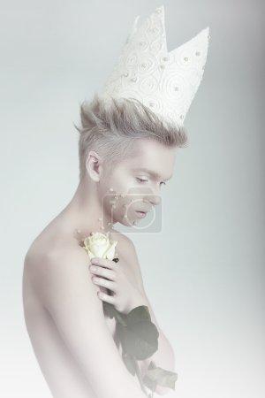 Photo pour Concept créatif. Homme de couronne avec des fleurs - image libre de droit