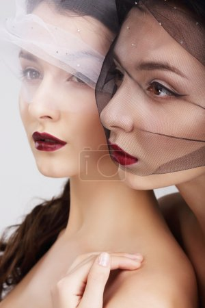 Photo pour La tendresse. Deux femmes voilées embrassant - image libre de droit