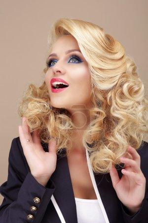 Photo pour Étonnant. Surpris femme blonde levant les yeux - image libre de droit