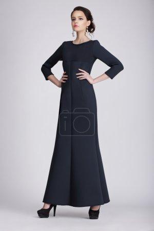 Foto de Studio Shot de mujer joven en vestido oscuro - Imagen libre de derechos