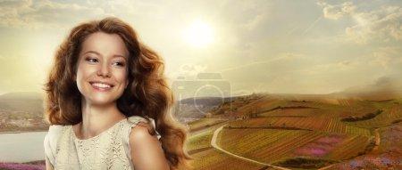 Photo pour Jeune femme heureuse avec sourire gagnant à l'extérieur - image libre de droit