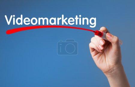 Photo pour Écriture à la main Marqueur rouge de marketing vidéo sur le panneau transparent d'essuyage. Affaires, technologie, concept d'Internet. - image libre de droit