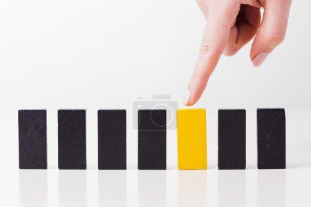 Photo pour Une main humaine montre au jeu de domino. Tous isolés sur fond blanc . - image libre de droit