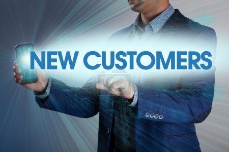 Photo pour Businessman appuie sur le bouton nouveaux clients sur les écrans virtuels. Entreprise, technologie, Internet et concept de réseau . - image libre de droit