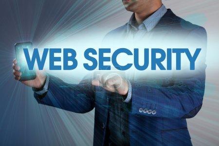 Geschäftsmann drückt Taste Web-Sicherheit auf virtuellen Bildschirmen. busi