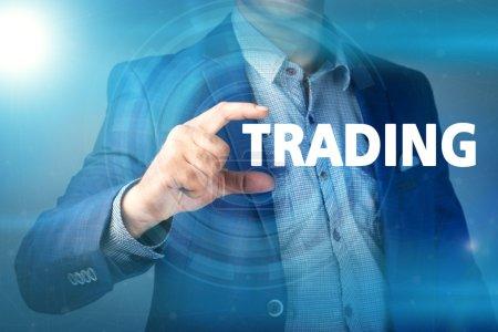 Photo pour Homme d'affaires appuie sur le bouton de négociation sur les écrans virtuels. Entreprise, technologie, Internet et concept de réseau . - image libre de droit