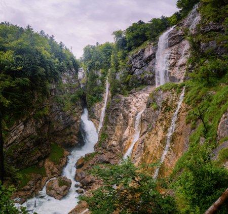 Photo pour Malvnychyy vue de la cascade sortant des montagnes - image libre de droit