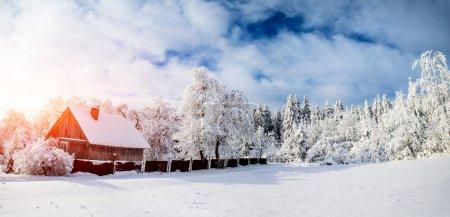 Photo pour Belle maison en bois par une journée ensoleillée d'hiver - image libre de droit
