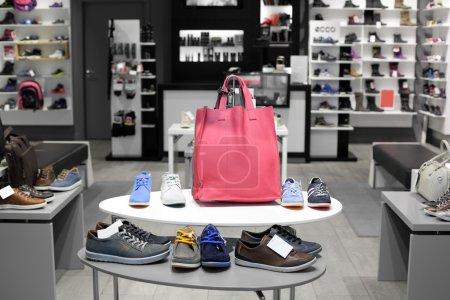 Foto de Interior brillante y de moda de la tienda de zapatos en el centro comercial moderno - Imagen libre de derechos