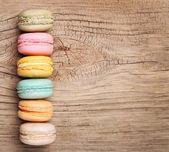Barevná francouzská Macarons na dřevěné pozadí