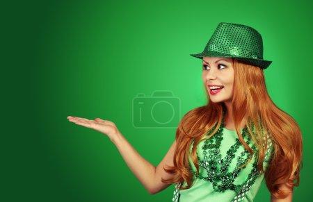 Photo pour St Patricks day Girl. Joyeux jeune femme portant un chapeau vert - image libre de droit