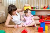 Máma a dítě dcera hrát blok hračky domů