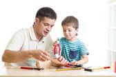Táta a syn dítě spolupracovat s nástroji