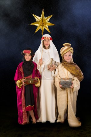 Photo pour Sages, joué par trois filles dans une crèche de Noël direct - image libre de droit
