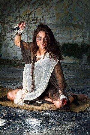 Foto de Abusada mujer defenderse con una daga - Imagen libre de derechos