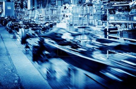 Photo pour Plancher d'usine, ligne de production de voiture, photo flou de mouvement. - image libre de droit