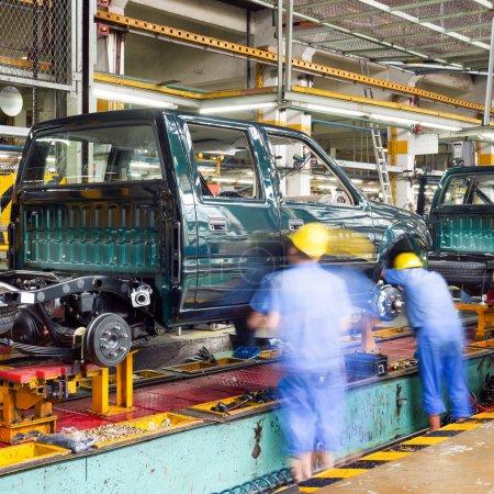 Photo pour Ligne de production de camionnette, travailleurs travaillent. - image libre de droit