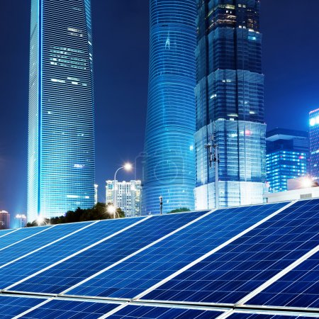 Foto de Los paneles fotovoltaicos de china, los rascacielos y las ciudades de Shangai. - Imagen libre de derechos