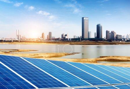 Foto de Paneles solares de fondo urbano, Shanghai, China. - Imagen libre de derechos