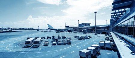 Photo pour Un avion de ligne pris en charge par les services au sol avant le prochain décollage. - image libre de droit