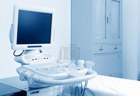 Photo pour Intérieur de la salle d'examen avec machine à échographie à l'hôpital - image libre de droit