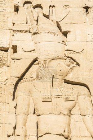 Photo pour Sculpture murale, le temple d'Isis de Philae, Egypte - image libre de droit