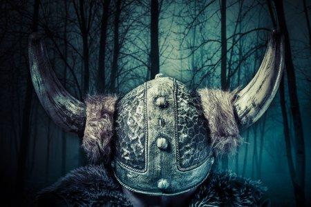 Photo pour Casque, guerrier viking, homme habillés dans un style barbare avec épée, barbu - image libre de droit
