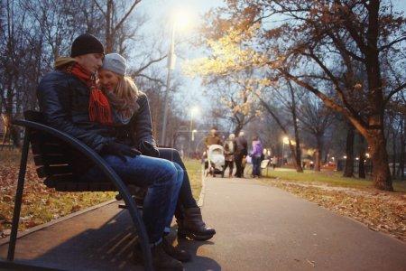 Photo pour Jeune beau couple marchant dans le parc d'automne - image libre de droit