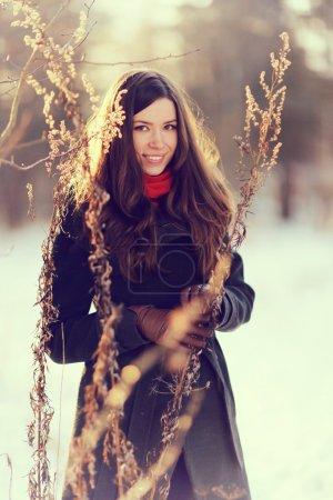 Photo pour Portrait d'hiver de belle jeune fille aux cheveux longs et foncés - image libre de droit