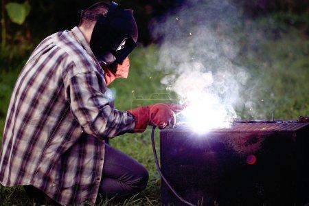 Photo pour Soudeur homme avec outil sur fond - image libre de droit