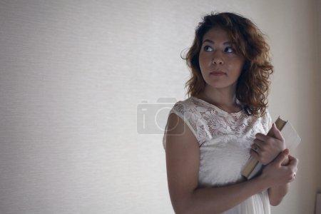 Photo pour Oriental fille tenant livre - image libre de droit