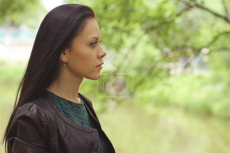 Photo pour Portrait d'une fille solitaire en plein air - image libre de droit