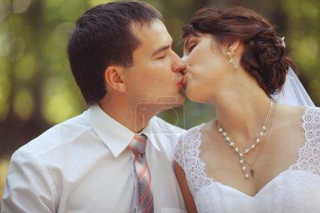 couple de mariage baiser