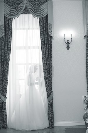 Photo pour Mariée dans une robe blanche derrière des rideaux - image libre de droit