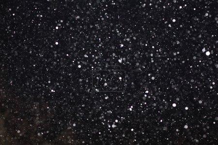 Photo pour Texture neige blanche abstrait noir sur fond noir pour superposition - image libre de droit