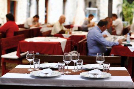 Photo pour Restaurant table réglage verres fond - image libre de droit
