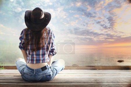 Photo pour Jeune américaine au coucher de soleil lac - image libre de droit