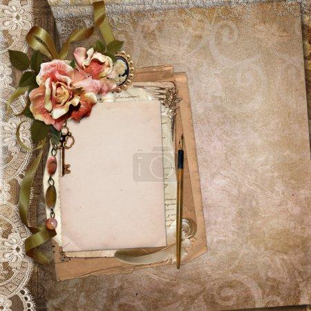 Photo pour Fond vintage marron avec les anciennes cartes, des lettres, des fleurs et des décorations vintage - image libre de droit