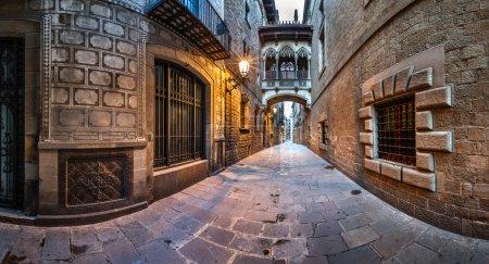 Photo pour Quartier du Barri gothique et le pont des soupirs à Barcelone, Catalogne, Espagne - image libre de droit