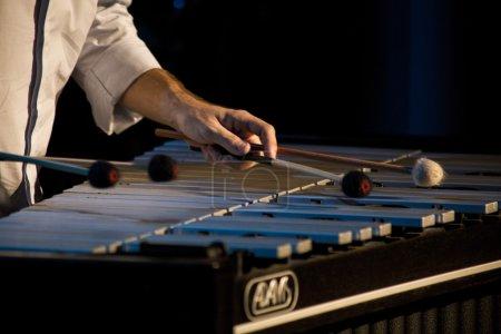 Photo pour Musicien jouant un marimba dans un récital de percussions - image libre de droit