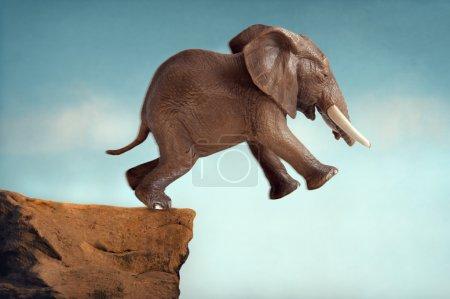 Photo pour Saut de la foi concept éléphant sauter dans un vide - image libre de droit